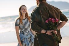 Para w miłości na romantycznej dacie obrazy royalty free