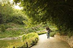 Para w miłości w parku chodzi obraz royalty free