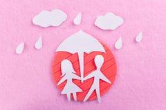 Para w miłości pod parasolem zdjęcia stock