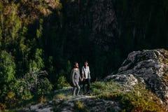 Para w miłości podróżuje w górach zdjęcia royalty free