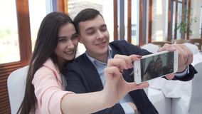 Para w miłości przy restauracją robi selfie na smartphone zapasu materiału filmowego wideo zbiory