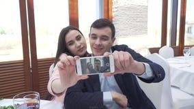 Para w miłości przy restauracją robi selfie na smartphone zapasu materiału filmowego wideo zdjęcie wideo