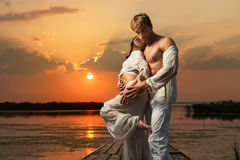 Para w miłości przy zmierzchem fotografia royalty free