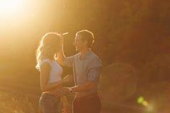 Para w miłości przy zmierzchem Obraz Stock
