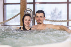 Para w miłości relaksuje w skąpaniu obraz royalty free