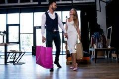 Para w miłości robi robić zakupy wpólnie zdjęcie royalty free