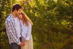 Para w miłości stoi przy lato parkiem zdjęcia stock
