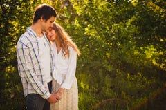 Para w miłości stoi przy lato parkiem obrazy royalty free