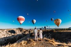Para w miłości wśród balonów Kochającej pary tylni widok Para w miłości w Cappadocia Para w Turcja Miesiąc miodowy w górach zdjęcie royalty free