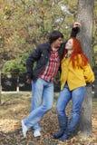 Para w miłości w jesień parku Zdjęcia Royalty Free