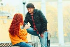 Para w miłości w jesień parku Zdjęcie Royalty Free