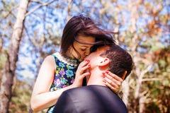 Para w miłości w lesie Fotografia Royalty Free