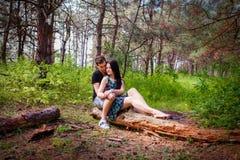 Para w miłości w lesie Zdjęcie Stock