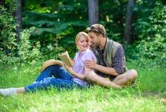 Para w miłości wydaje czas wolny czytelniczą książkę Par soulmates przy romantyczną datą Przyjemny weekend Romantyczni para uczni zdjęcia royalty free