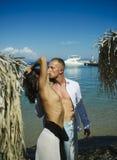 Para w miłości z seksownym ciałem relaksuje na plaży Kocha powiązania naga para przy dennym jachtem Rodziny i valentines dzień zdjęcie stock