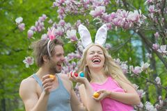 Para w mi?o?ci w magnoliowym kwiacie, wiosna rodzina zdjęcia royalty free