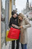 Para w mieście na zakupy obraz royalty free