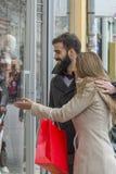 Para w mieście na zakupy zdjęcia royalty free