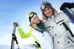 Para w narciarskim zima wakacje Zdjęcia Royalty Free