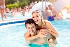 Para w pływackim basenie, piggyback Lato, słońce, woda Obraz Royalty Free