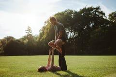 Para w parkowy ćwiczy pary acro joga Obrazy Royalty Free