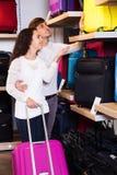 Para w przydatnym bagażnika sklepie Obraz Royalty Free