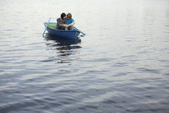Para W Rowboat Przy jeziorem Zdjęcia Royalty Free