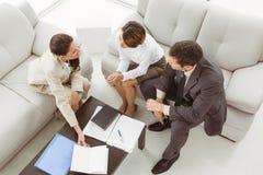 Para w spotkaniu z pieniężnym doradcą w domu Obraz Stock