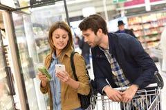 Para w supermarketa kupienia sklepach spożywczych zdjęcie royalty free
