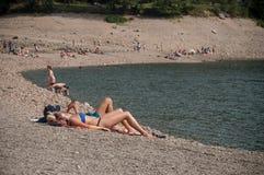 Para w swimsuit w rabatowym jeziorze Zdjęcie Stock