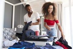 Para W sypialni kocowania walizce Dla wakacje zdjęcia royalty free