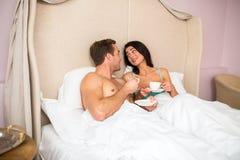 Para w sypialni z filiżankami Zdjęcia Stock