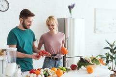 para weganiny wybiera warzywa dla sałatki zdjęcie stock