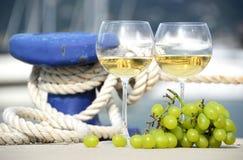 Para wineglasses i winogrona Zdjęcie Stock