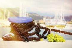 Para wineglasses i winogrona Zdjęcia Royalty Free