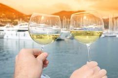 Para wineglasses w rękach Fotografia Stock