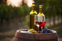 Para wino butelki na starej baryłce i szkła Obraz Royalty Free