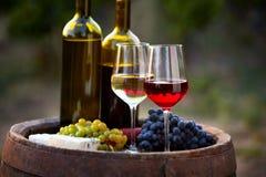 Para wino butelki na starej baryłce i szkła Obrazy Royalty Free