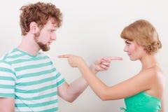 Para wskazuje palce przy each inny, konflikt obraz stock