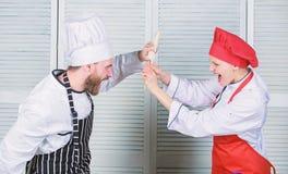 Para wsp??zawodniczy w kulinarnych sztukach Kuchni regu?y Co kucbarski lepszy Kulinarny batalistyczny poj?cie Kobieta i brodaty m obraz royalty free
