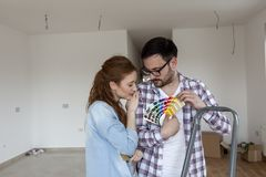 Para wybiera kolory dla farby mieszkania obrazy royalty free