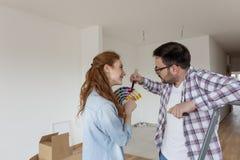 Para wybiera kolory dla farby mieszkania fotografia stock