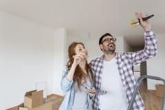Para wybiera kolory dla farby mieszkania zdjęcia royalty free