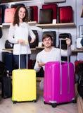 Para wybiera podróży walizkę w sklepie Zdjęcie Royalty Free