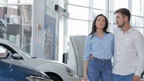 Para wybiera samochód przy przedstawicielstwem handlowym zbiory wideo