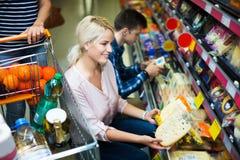Para wybiera ser przy sklepem Obraz Royalty Free