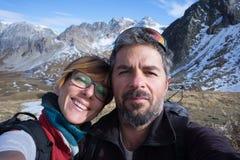 Para wycieczkowicze bierze selfie w Alps obrazy stock