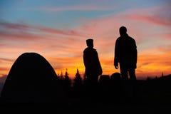Para wycieczkuje w górach wpólnie Zdjęcia Stock