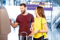 Para wycofuje pieniądze przy lotniskiem obraz royalty free