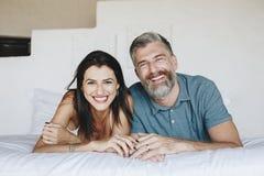 Para wydaje ich miesiąc miodowego w łóżku zdjęcia royalty free